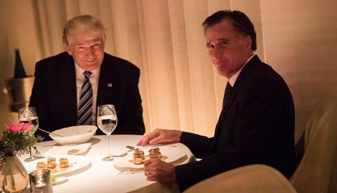 Ảnh chụp bữa tối cho thấy ông Trump cười, còn ông Romney chỉ nhoẻn miệng lan truyền trên mạng xã hội Twitter. Ảnh: TWITTER