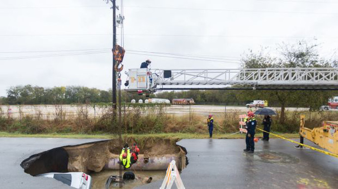 Nhân viên cứu hỏa trục vớt xe gặp nạn. Ảnh: SỞ CỨU HỎA SAN ANTONIO
