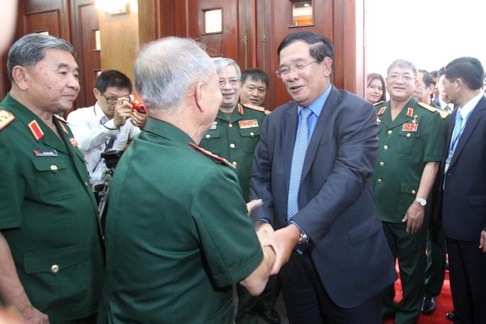 Ông Hun Sen ôn lại kỷ niệm cũ với đại biểu cựu binh quân tình nguyện Việt Nam làm nghĩa vụ quốc tế ở Campuchia. Ảnh: H.TRIỀU