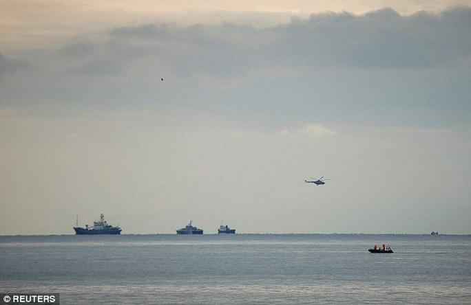 Hoạt động tìm kiếm vẫn tiếp tục diễn ra trên biển. Ảnh: Reuters