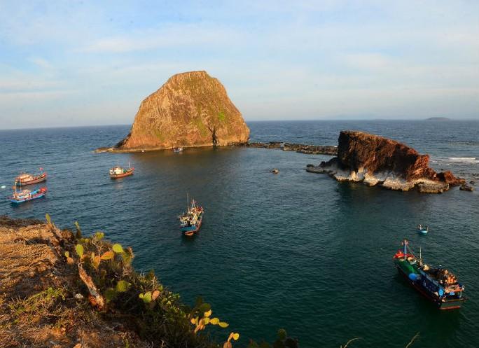Hòn Yến hoang sơ giữa biển - Ảnh: Lê Minh