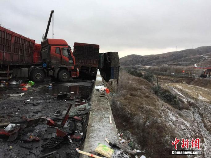 Tai nạn xảy ra khiến giao thông tắc nghẽn ở cả hai chiều. Ảnh: CHINA NEWS