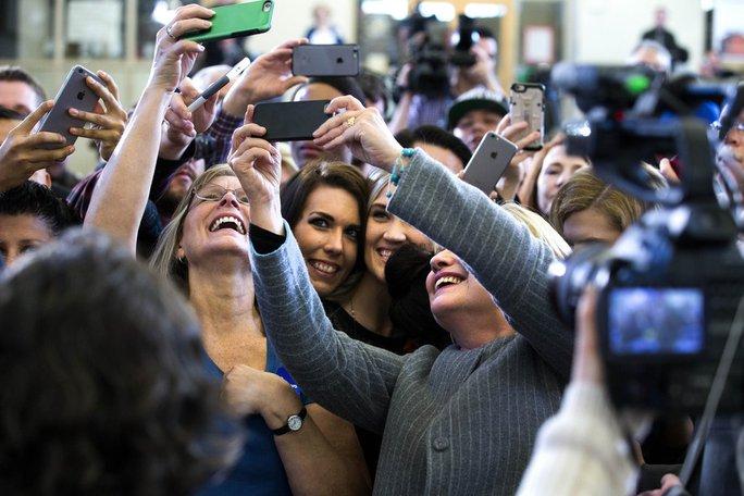 Ứng viên tổng thống đảng Dân chủ Hillary Clinton chụp ảnh cùng những người ủng hộ ở bang Iowa - Mỹ hôm 31-1-2016. Ảnh: New York Times