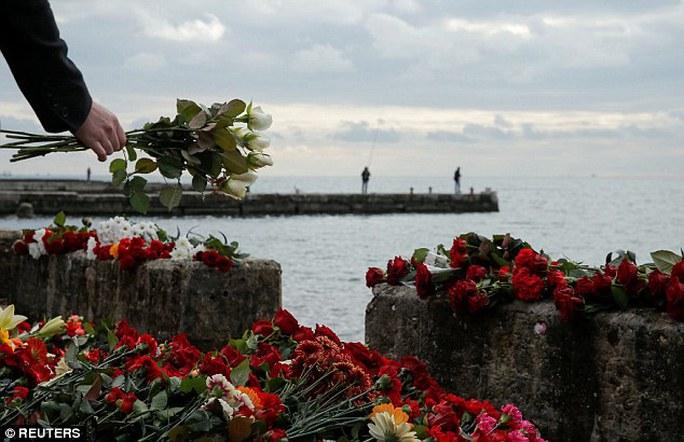 Người dân đặt hoa tưởng niệm các nạn nhân. Ảnh: Reuters