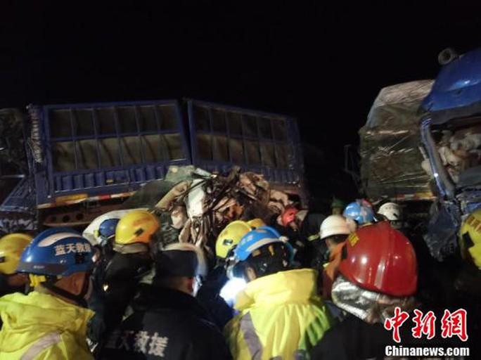 Nhiều lực lượng cứu hộ được huy động đến hiện trường. Ảnh: CHINA NEWS