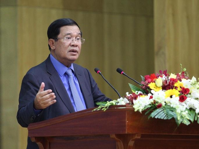 Thủ tướng Hun Sen phát biểu tại hội trường Bộ Tư lệnh Quân khu 7. Ảnh: H.TRIỀU