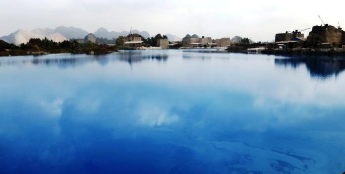 Theo ông Nguyễn Văn Đăng (Chủ tịch UBND xã An Sơn), hồ nước có màu xanh do ảnh hưởng của núi đá vôi xung quanh và chất tạo thuốc nổ.Nhiều năm trước, đây là khu vực khai thác đá phục vụ sản xuất xi măng và vật liệu xây dựng. Các ngọn núi dần bị bào mòn, sau đó một số doanh nghiệp đưa máy móc, thuốc nổ đến khai thác đá âm. Khoảng từ 2011 đến 2014, toàn bộ khu vực chân núi đá rộng hơn 20ha bị đào sâu xuống từ 30 đến 40m. Và hố đào đá âm trở thành hồ lớn chứa nước mưa, có màu xanh ngắt.
