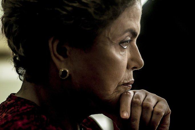 Bà Dilma Rousseff ngồi trong văn phòng hôm 24-3. Vào tháng 8 bà bị luận tội và mất chức tổng thống. Ảnh: New York Times