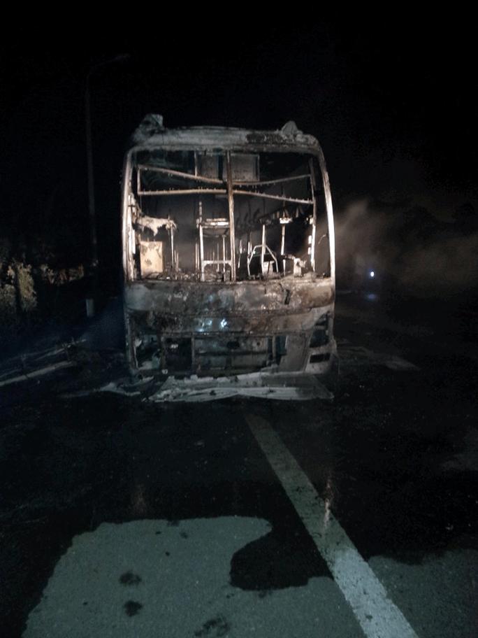 Chiếc xe khách bị cháy rụi