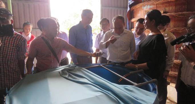 Thứ trưởng Vũ Văn Tám đã dùng thử và đánh giá rất cao về nước mắm truyền thống ở Phú Quốc