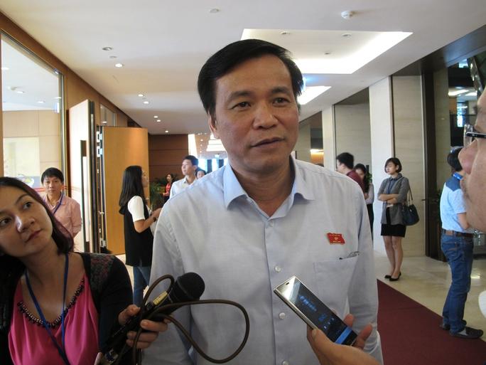 Tổng Thư ký Quốc hội Nguyễn Hạnh Phúc trả lời báo chí bên lề Quốc hội ngày 18-11 Ảnh: NGUYỄN QUYẾT