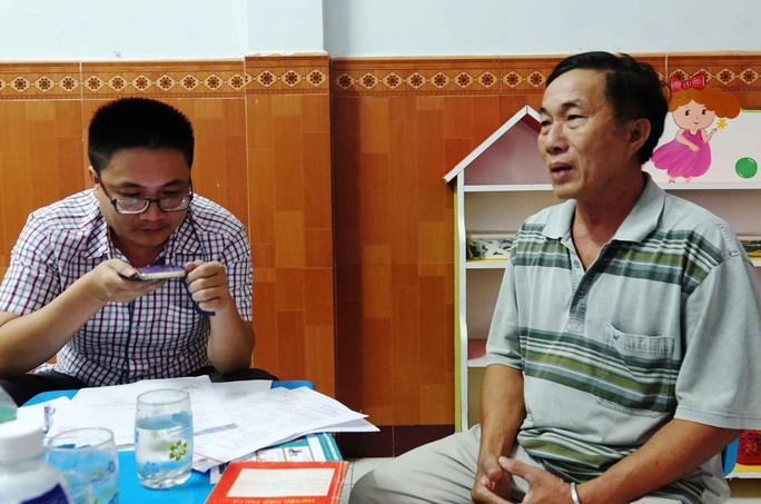 Ông Huỳnh Dần (phải) trình bày sự việc với phóng viên