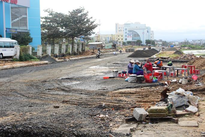 Đường hoa Tết Đinh Dậu 2017 của tỉnh Phú Yên dự kiến tổ chức ở đường Điện Biên Phủ (TP Tuy Hòa), hiện vẫn chưa thi công xong