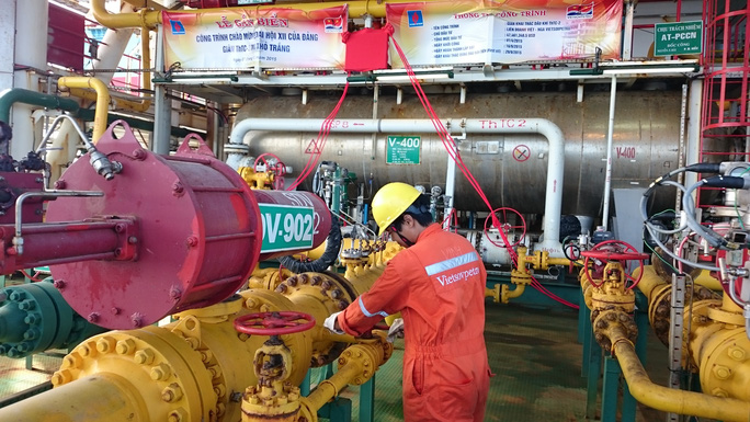 Theo PVN, giá dầu thô giảm mạnh năm 2015 đã ảnh hưởng đến doanh thu của tập đoàn này. Trong ảnh: Công nhân Liên doanh Việt - Nga Vietsovpetro (PVN nắm giữ trên 50% vốn điều lệ làm việc tại Thỏ Trắng Ảnh: Nguyễn Nam