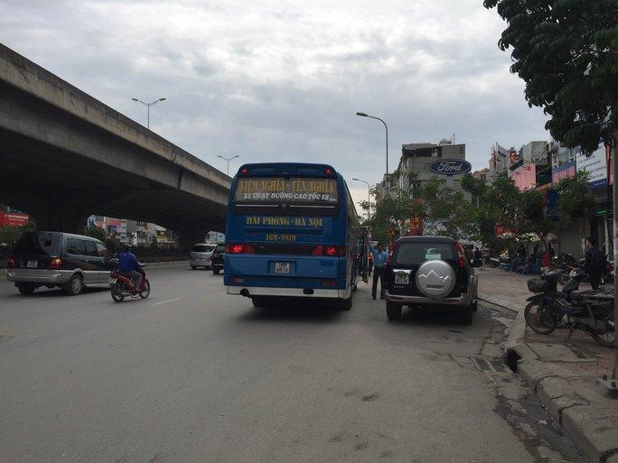 """Một """"bến cóc"""" ngang nhiên hoạt động tại ngã tư Khuất Duy Tiến (quận Thanh Xuân, TP Hà Nội)"""