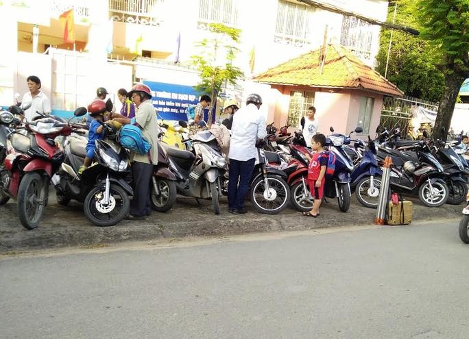Phụ huynh gửi xe bên ngoài Trường Mầm non Bình An, phường Bình An, quận 2, TP HCM nhưng không nhận được phiếu giữ xe