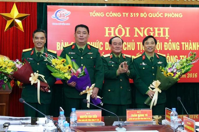 Trung tướng Trần Đơn (thứ hai từ phải sang) tặng hoa chúc mừng Đại tá Phùng Quang Hải (thứ hai trái sang), Đại tá Trần Đăng Tú (bìa phải) và Đại tá Nguyễn Văn Xiển (bìa trái)