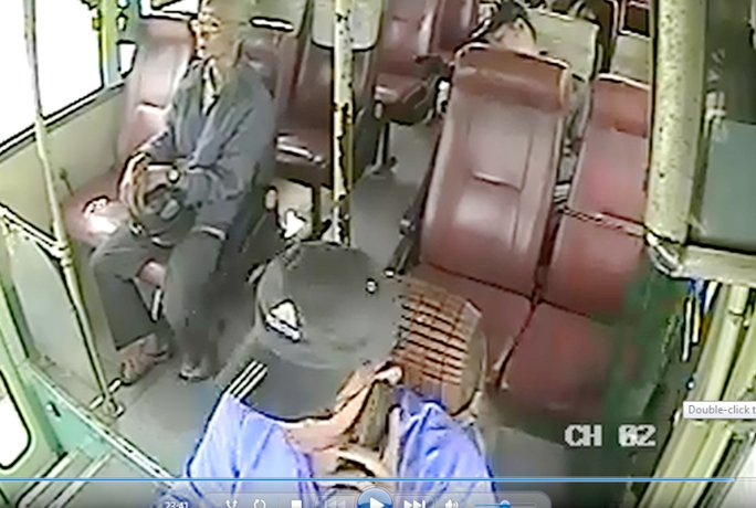 Tài xế vừa lái xe vừa nghe điện thoại 5 phút. Ảnh cắt từ camera hành trình.