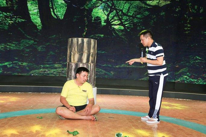 Thánh hài hoạt hình Minh Nhí đang chỉ đạo diễn xuất cho môn sinh Quốc Cường