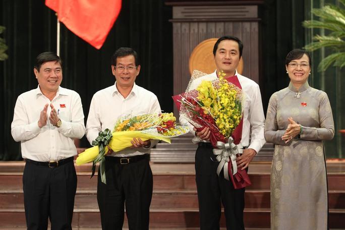 Ông Nguyễn Hữu Việt (thứ 2 từ trái sang) và ông Bùi Tá Hoàng Vũ (thứ 2 từ phải sang) ra mắt HĐND TP
