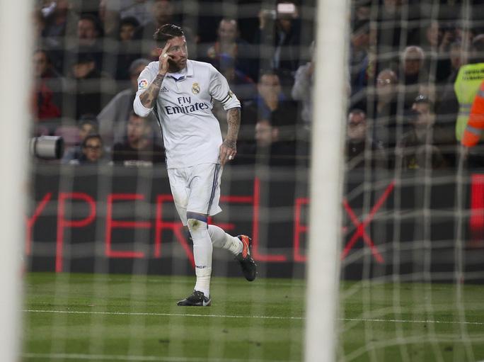 Nhưng may cho Real là Ramos đã đánh đầu giành lại 1 điểm cho đoàn quân của HLV Zidane
