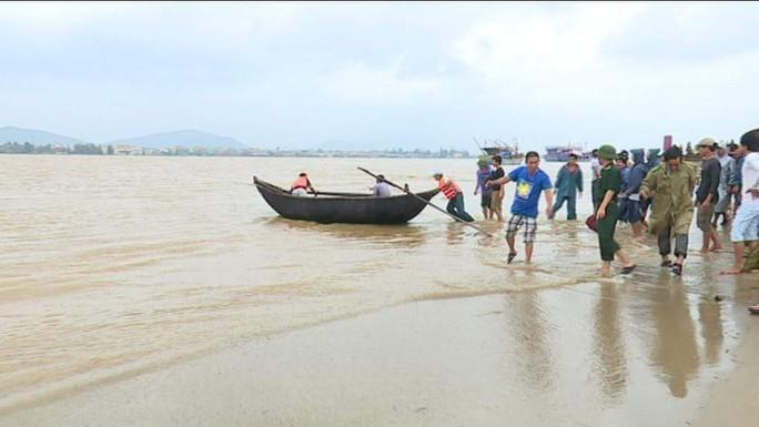 Lực lượng cứu hộ tàu cá bị lật