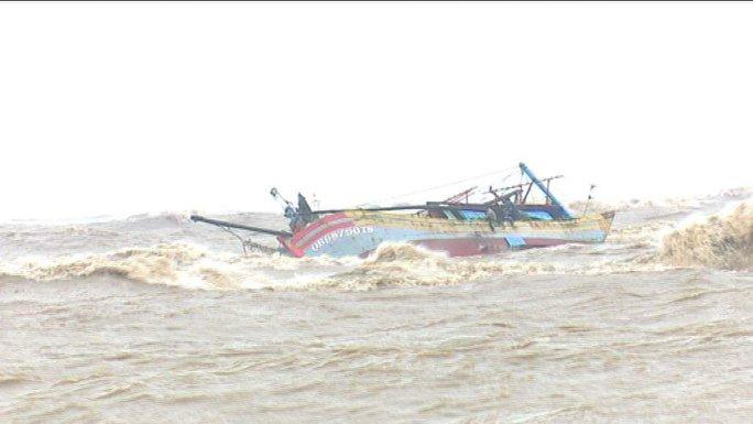 Tàu cá QB 987.50 - TS của ngư dân Nguyễn Tiến Dũng bị sóng đánh lật