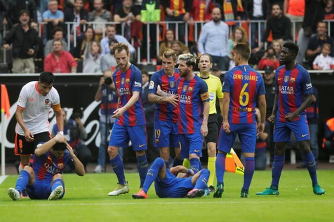 Cảnh bất lực cùng cực của Barcelona