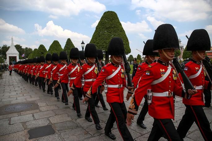 Đội cận vệ tiến vào Cung điện hoàng gia trong lễ đón linh cữu Quốc vương Bhumibol. Ảnh: Reuters