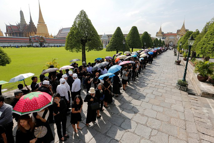 Nhiều người dân Thái Lan xếp hàng để được thực hiện nghi thức. Ảnh: Reuters