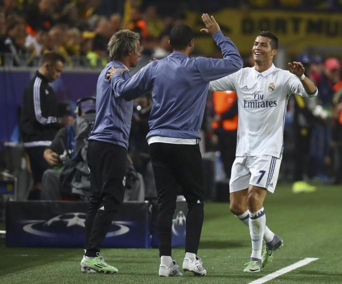 Ronaldo ăn mừng cùng trợ lý Real Madrid, trừ HLV trưởng Zidane