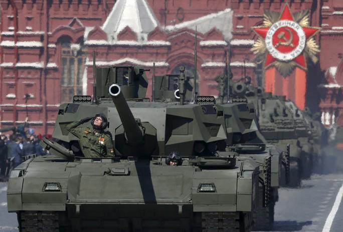 Quân đội Nga phô diễn sức mạnh xe tăng T-14 Armata. Ảnh: Reuters