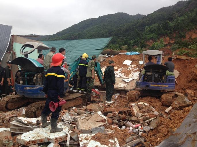 Sạt lở kinh hoàng ở TP Nha Trang, ít nhất 2 người chết