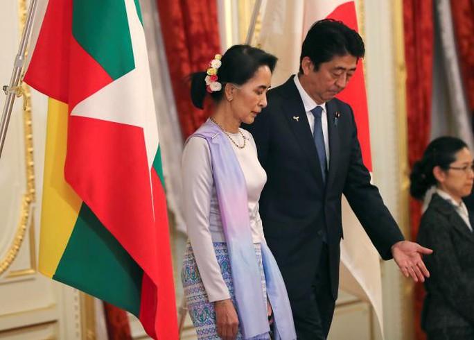 Bà Aung San Suu Kyi và Thủ tướng Nhật Bản Shinzo Abe tại cuộc họp báo hôm 2-11. Ảnh: REUTERS