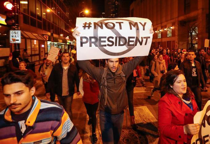Đoàn người phản đối ông Trump ở TP Chicago, bang Illinois hôm 9-11. Ảnh: Reuters.