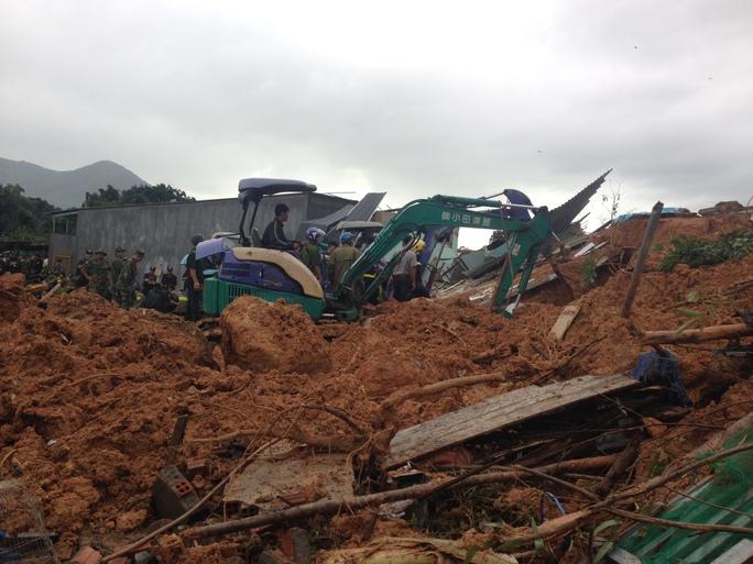 Lực lượng cứu nạn đang tích cực tìm kiếm 2 mẹ con nạn nhân đang mắc kẹt trong đống đổ nát