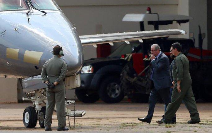 Cựu Chủ tịch Hạ viện Brazil Eduardo Cunha (giữa) được cảnh sát hộ tống hôm 19-10. Ảnh: Reuters