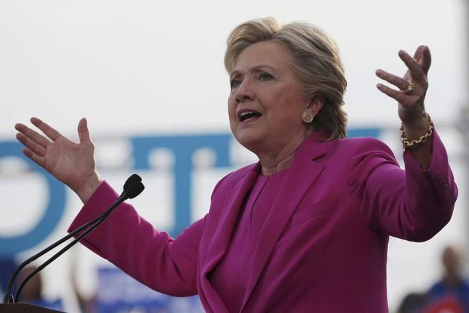Bà Hillary Clinton trong cuộc vận động tranh cử tại bang Bắc Carolina hôm 3-11. Ảnh: Reuters