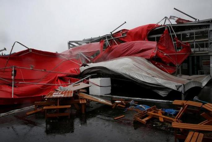 Một căn lều bị đổ sập. Ảnh: REUTERS