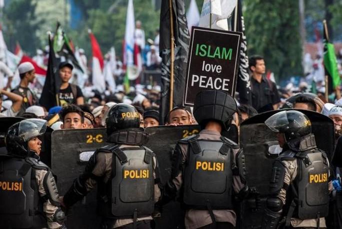 Hàng chục ngàn người Hồi giáo biểu tình đòi cách chức thống đốc Jakarta. Ảnh: Reuters