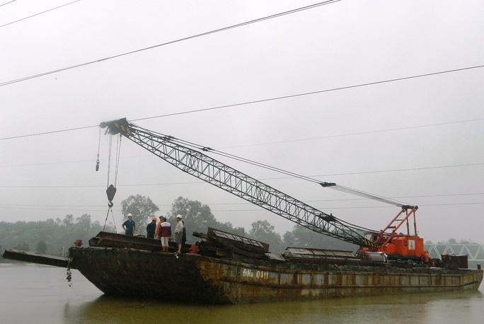 Cần cẩu sà lan vướng vào đường dây điện