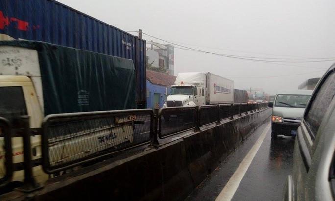 Hàng đoàn xe ùn ứ kéo dài mỗi bên hơn 10km