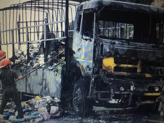 Sau vụ cháy chiếc xe 51C- 558.31 chở đầy hàng chỉ còn lại khung sắt