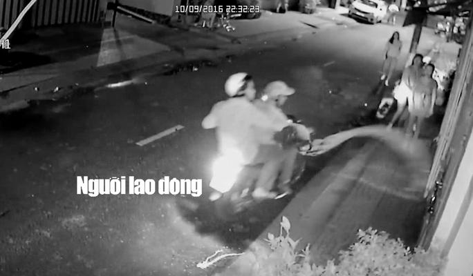 Hình ảnh camera an ninh ghi lại cảnh các thanh niên dùng mắm tôm, nước sơn tạt vào nhà.