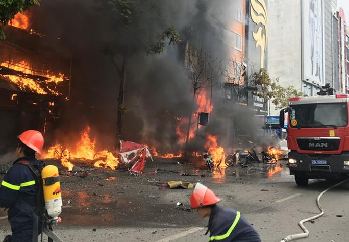 Lực lượng Cảnh sát PCCC TP Hà Nội đang dập lửa vụ cháy quán karaoke 68 phố Trần Thái Tông ngày 1-11