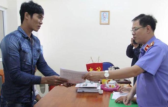 Ông Võ Gia Bình trao quyết định đình chỉ vụ án Cướp tài sản cho anh Ong Văn Sệt
