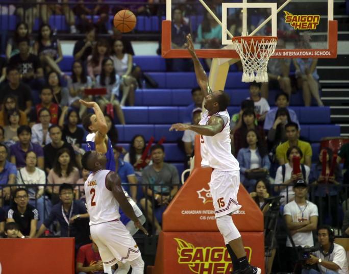 Thi đấu tích cực nhưng Saigon Heat (áo trắng) vẫn để thua với tỉ số 74-85.