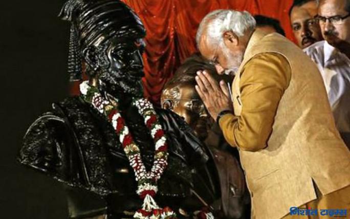 Thủ tướng Ấn Độ Narendra Modi trước một tượng Vua Shivaji