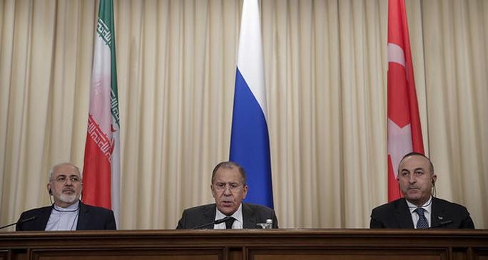 Từ trái qua phải: Ngoại trưởng Iran, Nga và Thổ Nhĩ Kỳ tại cuộc họp báo sau cuộc gặp ở Moscow hôm 20-12 Ảnh: AP
