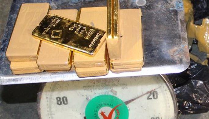 Tang vật của vụ án là 18 thỏi vàng có tổng trọng lượng 18 kg, tương đương 479 lượng.